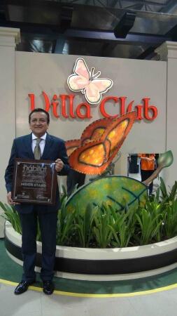 Angel Cedeño, Gerente de Ventas Villa Club, recibiendo el premio del Mejor Stand en la Feria Hábitat XXIV